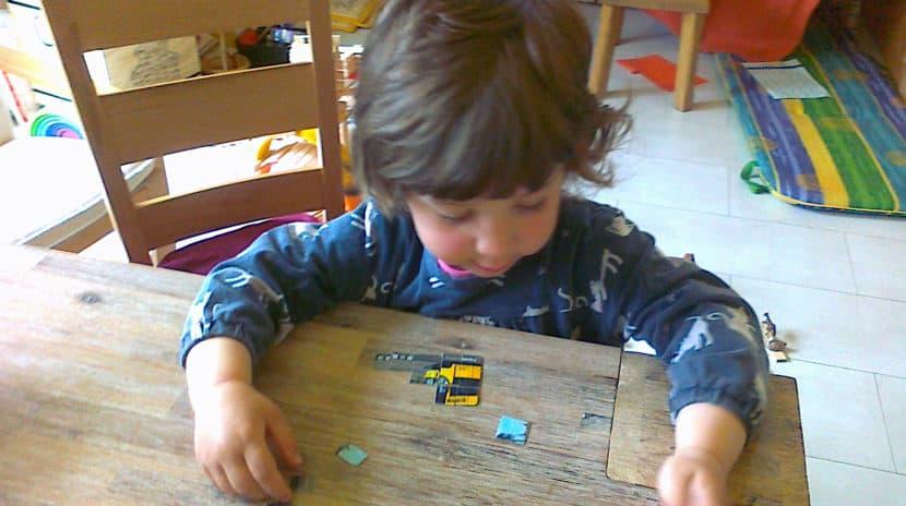 Kind puzzelt eine zerschnittene FAHRKARTE